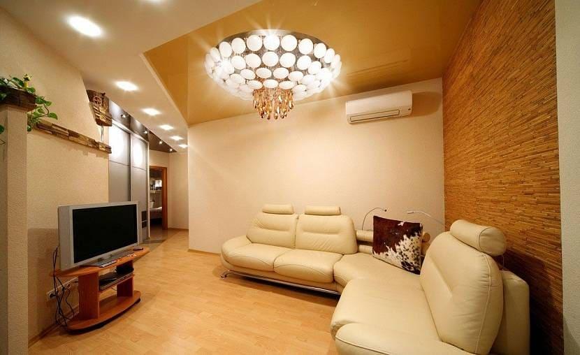 Светлый потолок с комбинированным освещением