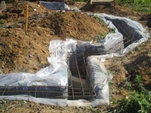 Фундамент в землю без опалубки: Плюсы и минусы – как залить, надо ли утеплять и область применения + Фото и Видео