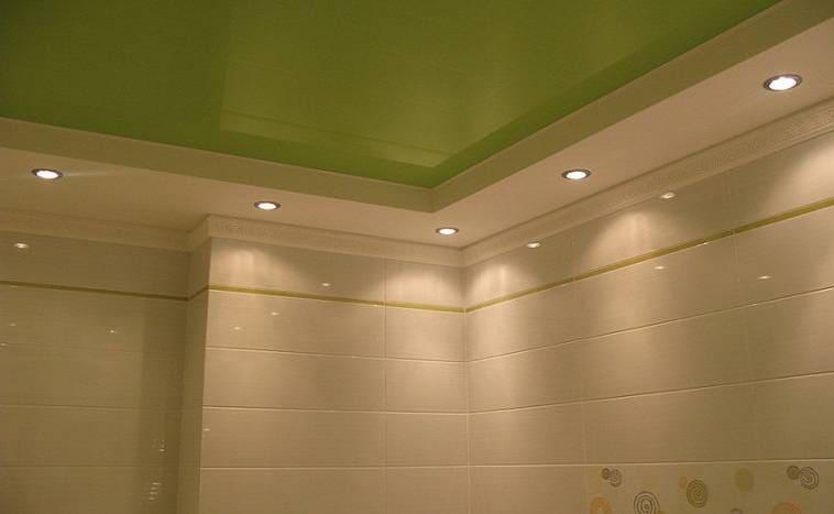 Ряд точечных светильников на потолке