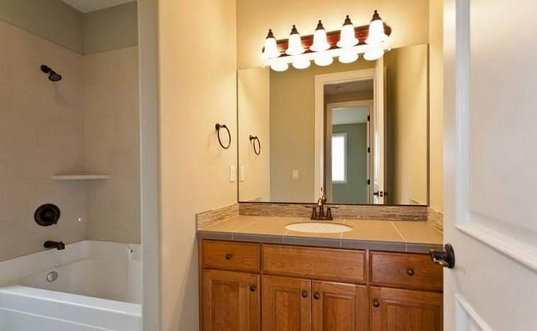 Свет над зеркалом в ванной