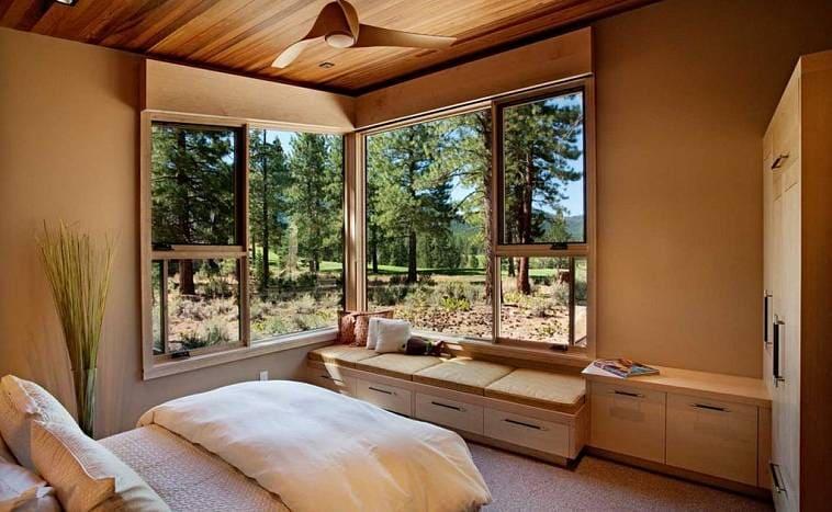 Большое угловое окно в спальне