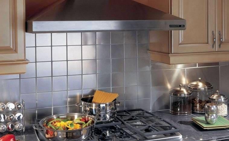 Вытяжка над газовой плитой как один из вариантов вентиляции на кухне