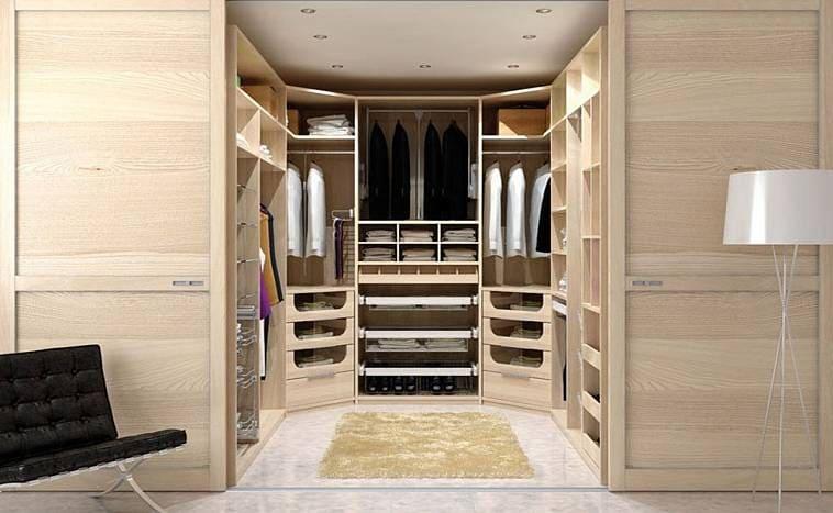 Большое количество ящиков в гардеробной