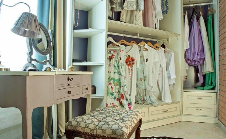 Наличие окна в гардеробной – это плюс