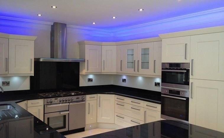Черно-белая кухня с белым потолком