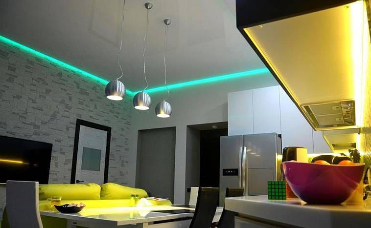 Белый натяжной потолок с подсветкой на кухне