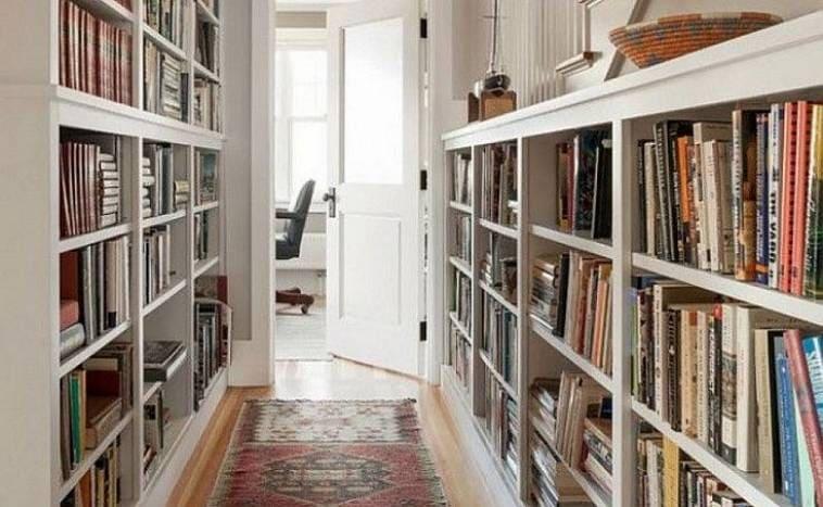 Библиотека в коридоре частного дома