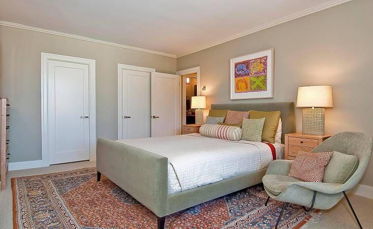В спальне с серыми стенами