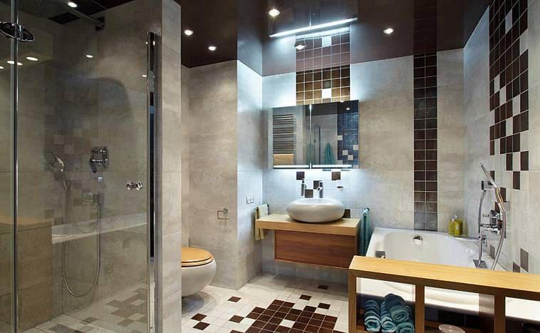 Элегантная ванная с черным потолком
