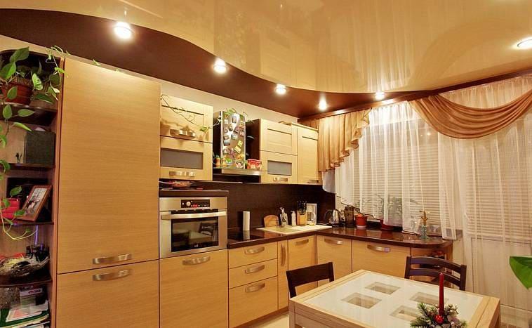 Натяжной потолок с подсветкой над рабочей зоной