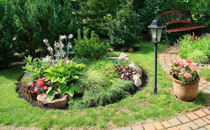 Ландшафтный дизайн двора в частном доме: 27 фото