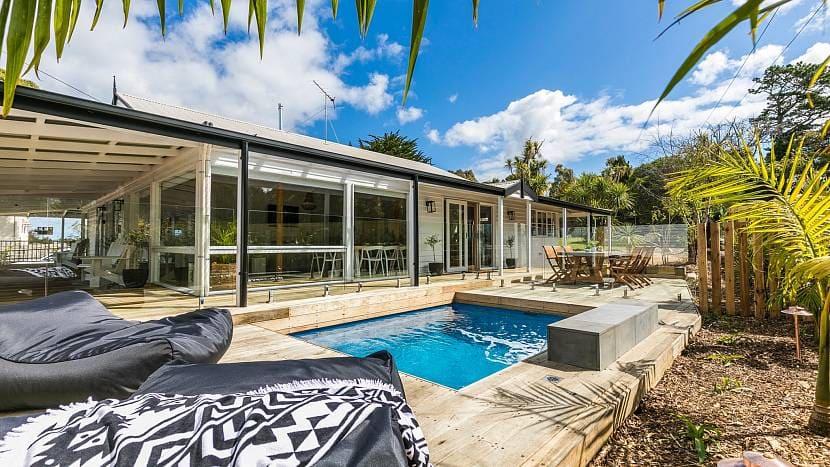 Современный дизайн заднего дворика с бассейном