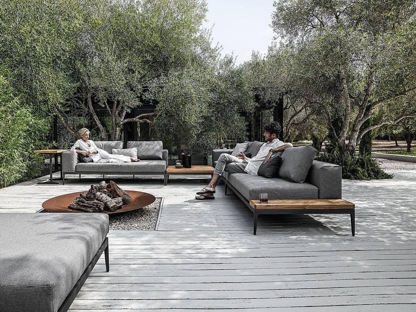 Терраса с термодеревом серого цвета и низкой мебелью