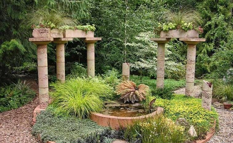 Клумба в сочетании с колонами в античном стиле