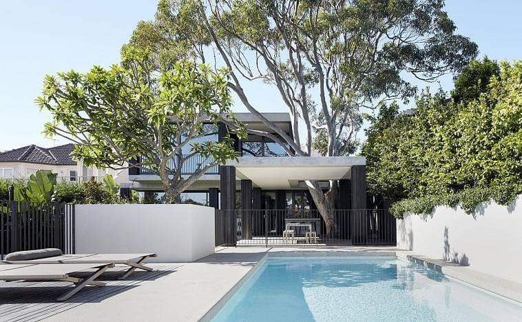 Двор загородной виллы в стиле минимализм