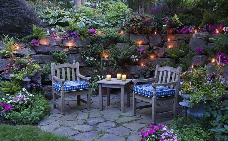Живописный уголок для отдыха в саду