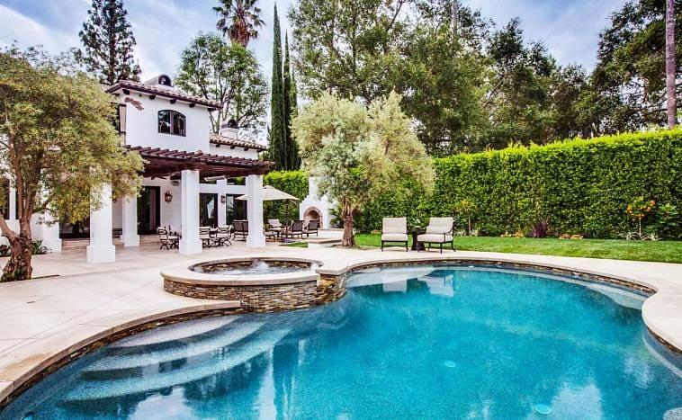 Задний двор в частном доме с бассейном