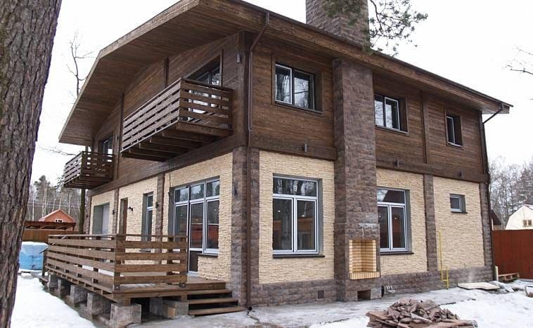 Второй этаж домов-шале часто делают из термообработанных досок