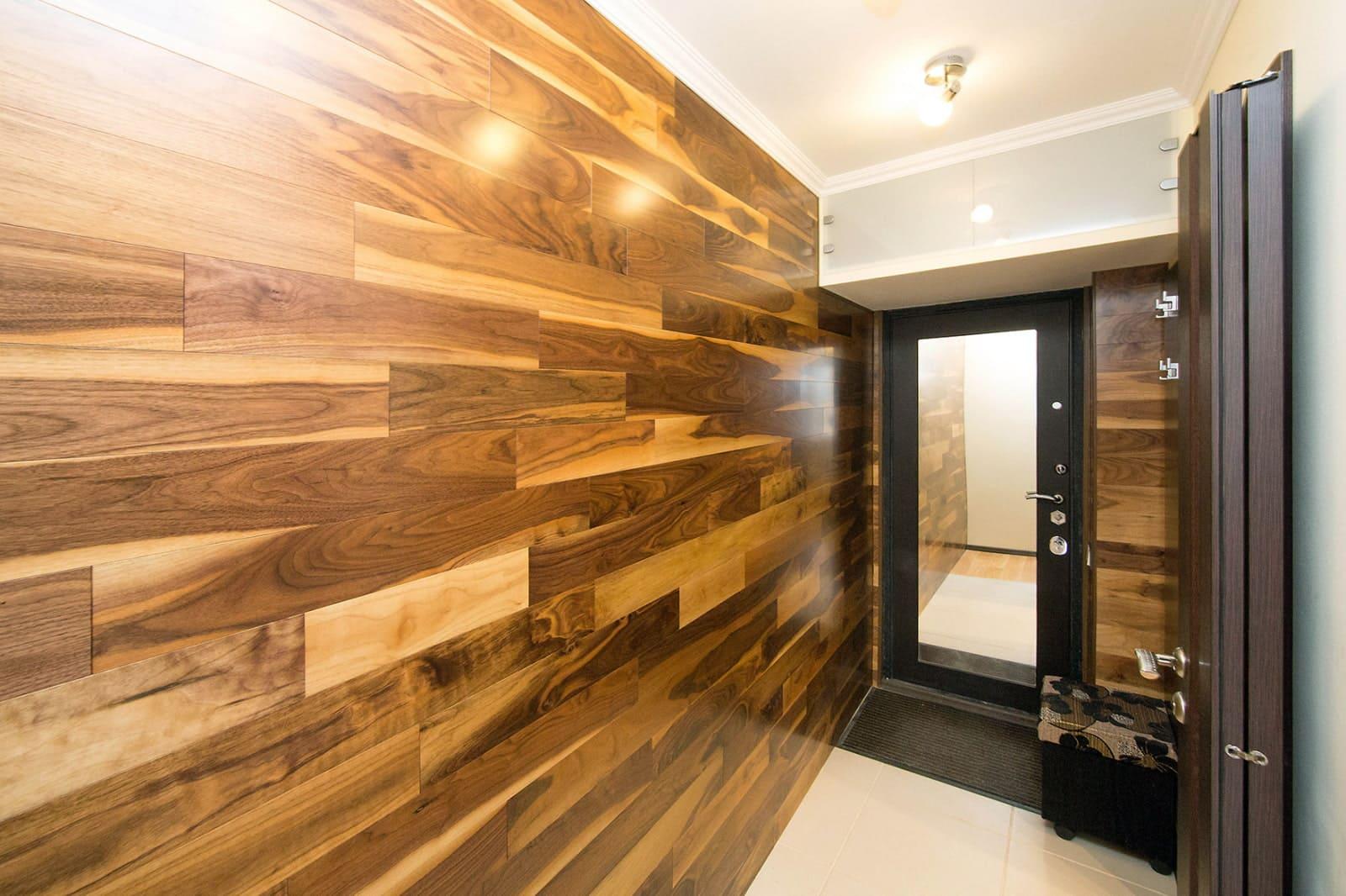 Стены в прихожей - идеи для маленького коридора 21