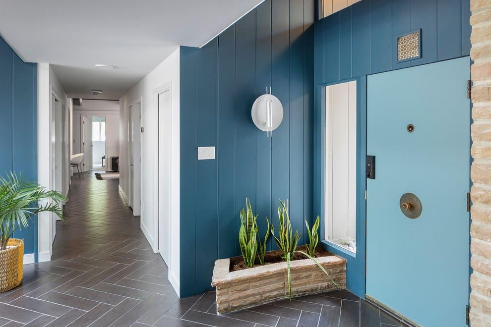 Стены в прихожей - идеи для маленького коридора 22