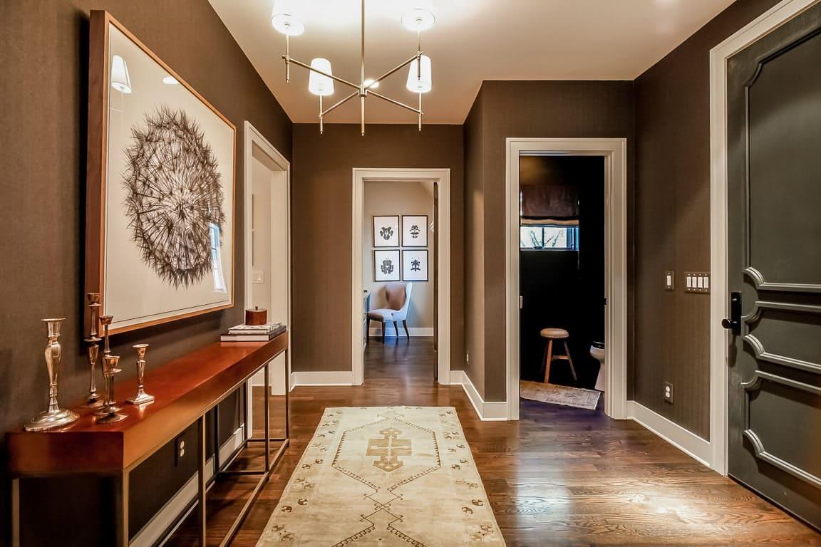 Стены в прихожей - идеи для маленького коридора 28