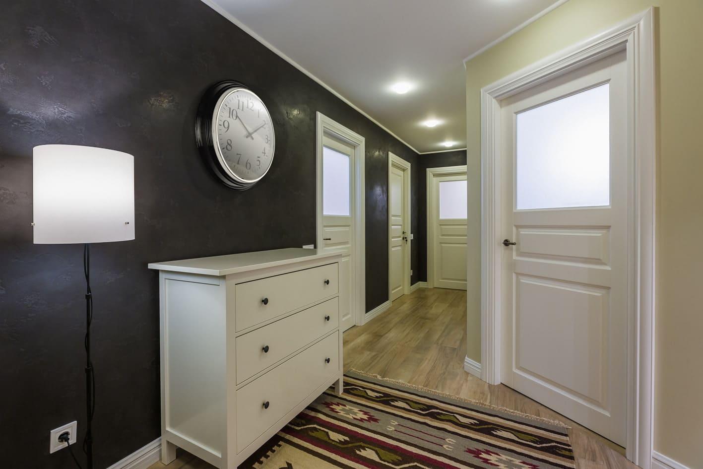 Стены в прихожей - идеи для маленького коридора 30