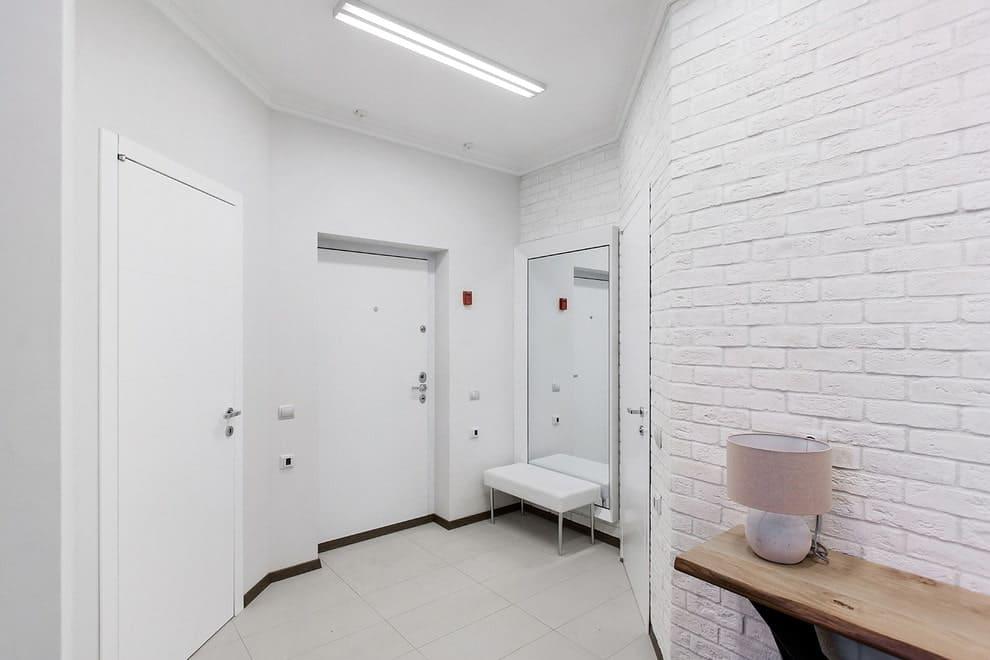 Стены в прихожей - идеи для маленького коридора 33