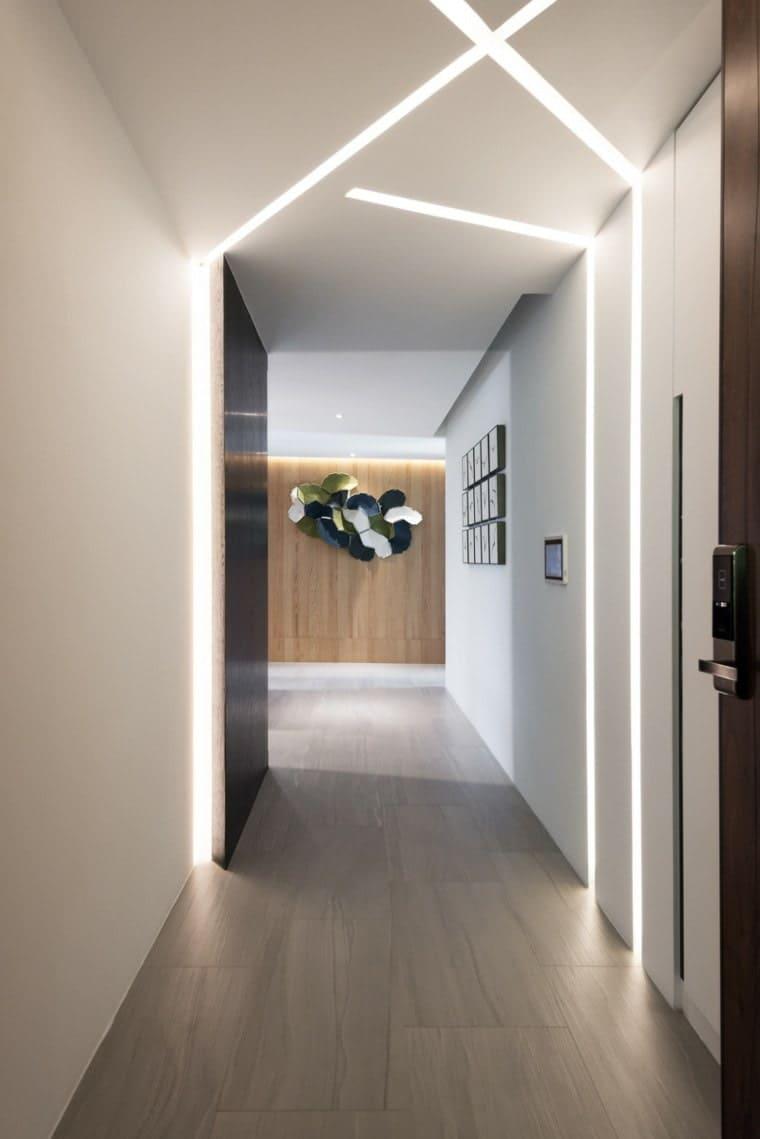 Стены в прихожей - идеи для маленького коридора 38
