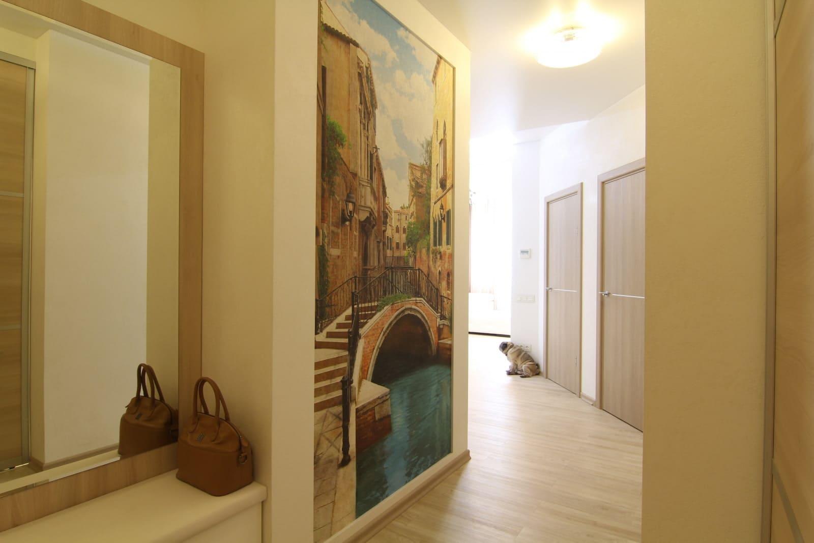 Стены в прихожей - идеи для маленького коридора 40