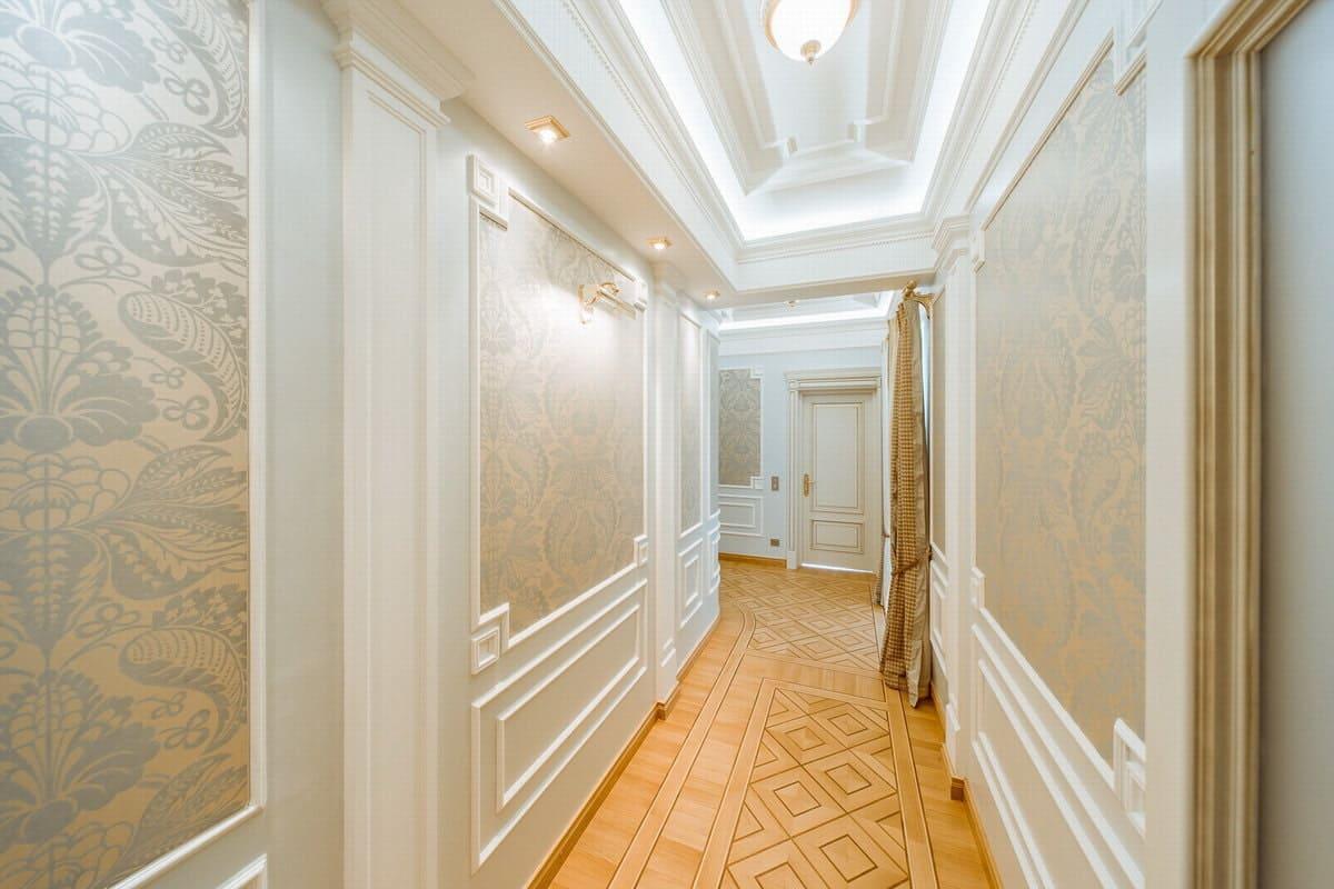Стены в прихожей - идеи для маленького коридора 47