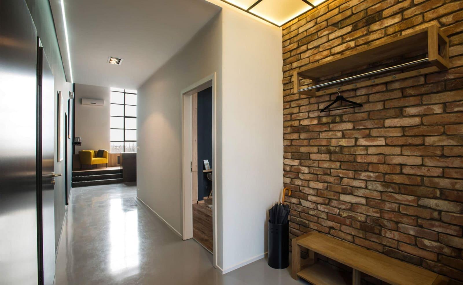 Стены в прихожей - идеи для маленького коридора 79