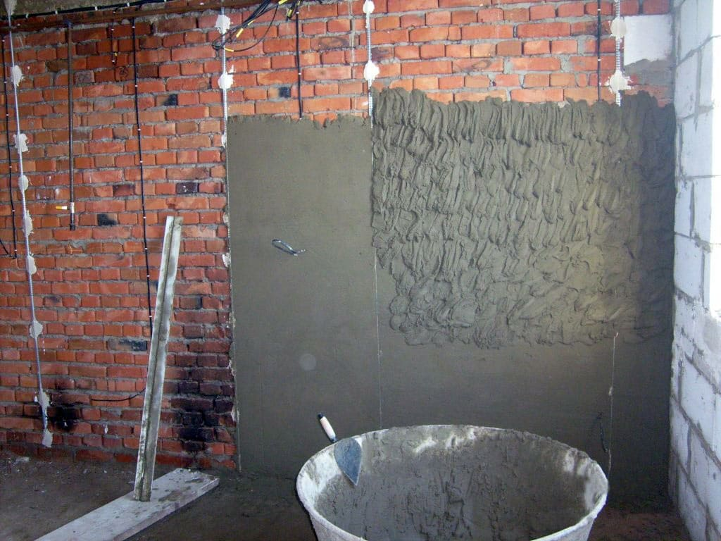 Выравниваем стены штукатуркой по всем правилам